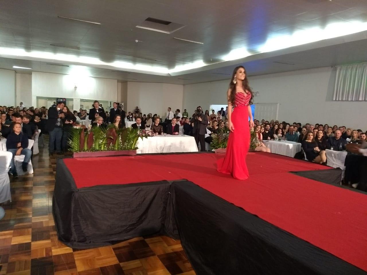 Débora Jacoski é eleita Senhorita Cedrense 2018