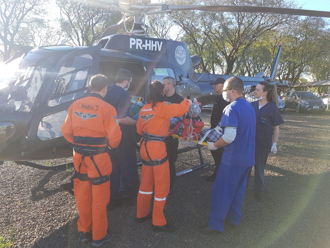 Jovem sofre ferimentos graves em colisão de moto e caminhão