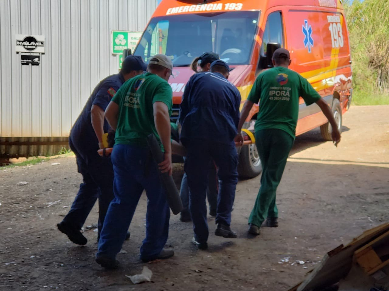 Funcionário de empresa de reciclagem fica ferido ao ser atingido por pino de ferro