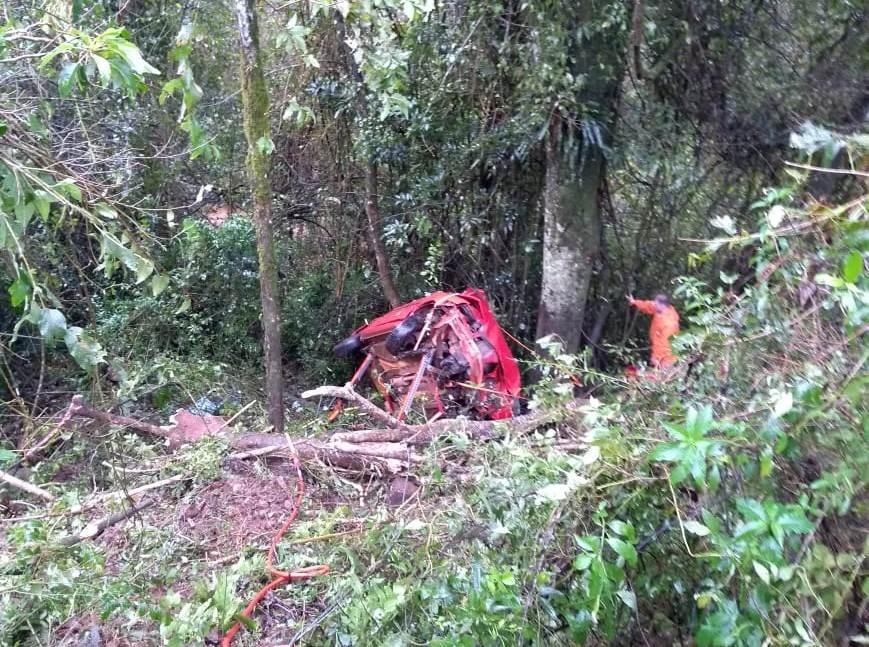 Homem fica ferido após carro cair em ribanceira na SC-160