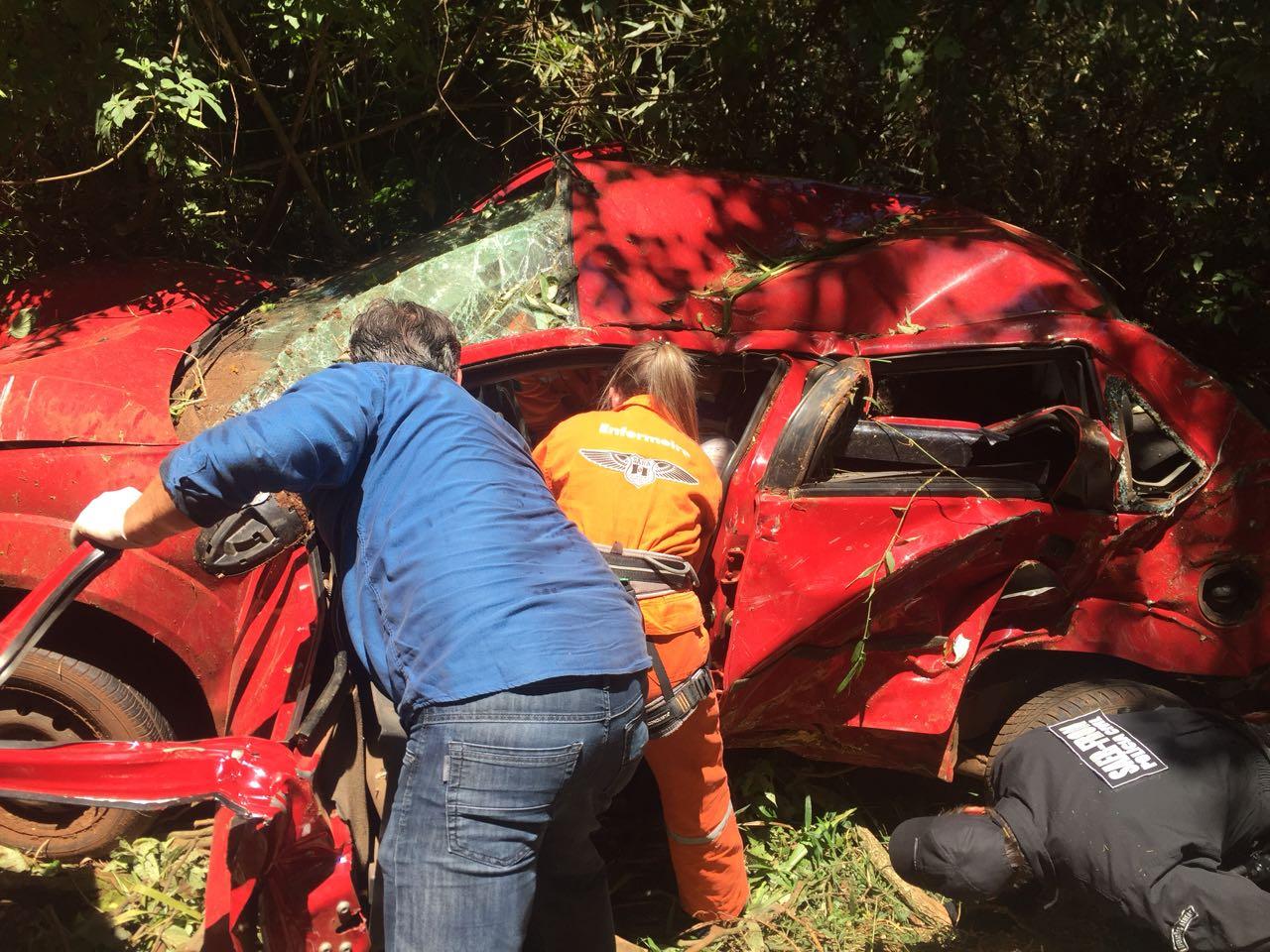 Saída de pista deixa rapaz gravemente ferido na BR-282