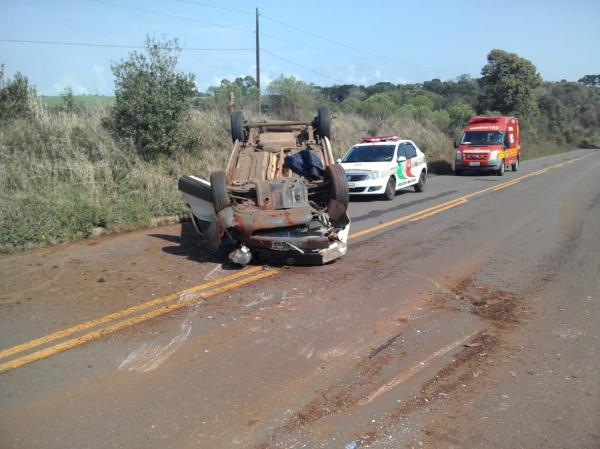 Capotamento deixa motorista ferido em Palma Sola