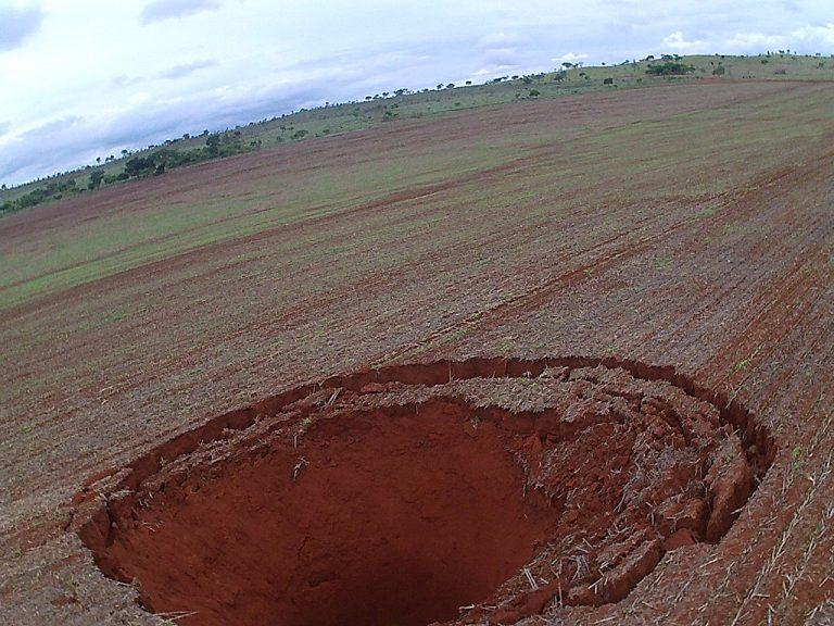 Cratera gigante surge em lavoura e assusta população de Minas Gerais