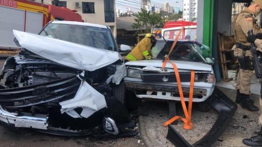 Perseguição policial termina em grave acidente em Chapecó