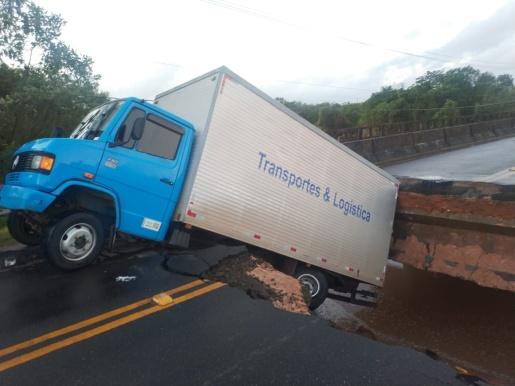 BR-101 é interditada após ponte ceder e caminhão quase cair em rio