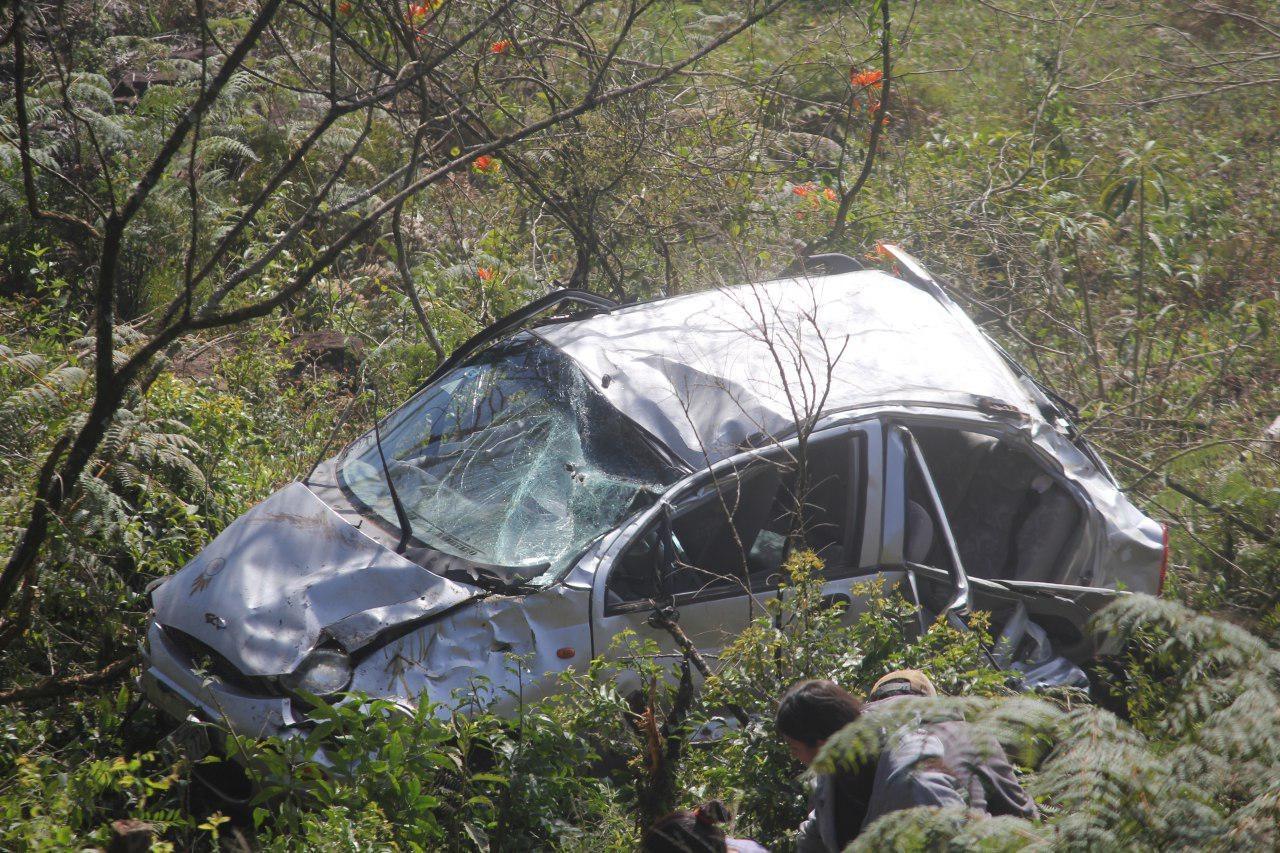 Carro despenca em ribanceira e deixa mulher ferida no interior de Chapecó