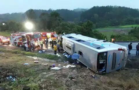 Ônibus que transportava jovens de Marmeleiro tomba e deixa feridos