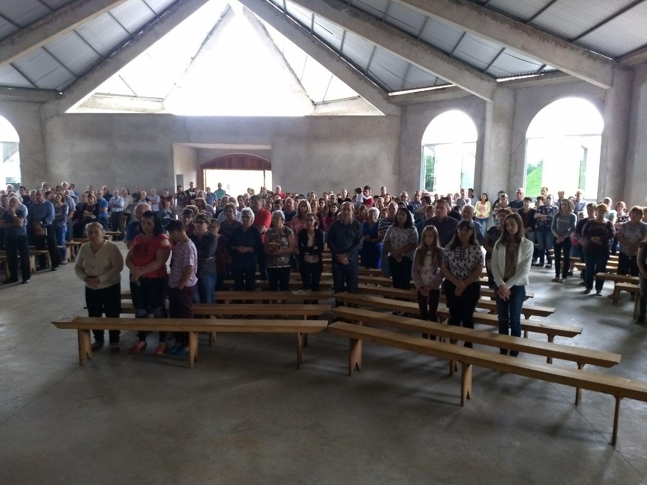 Fieis lotam a capela Santo Expedito durante a 1ª celebração