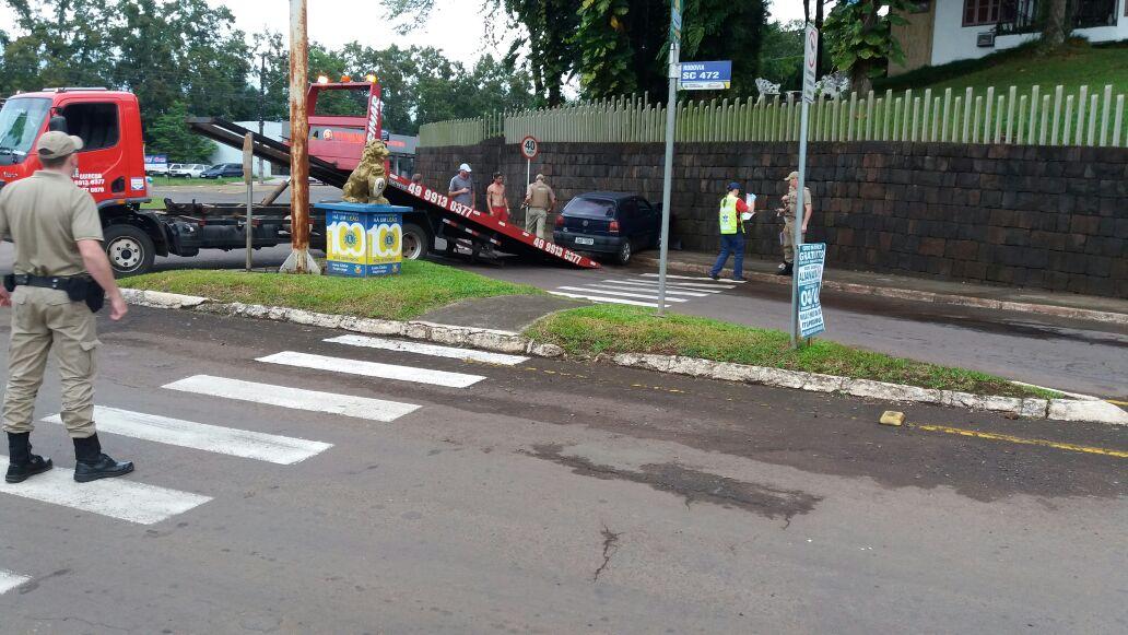 Caroneira fica ferida em colisão de veículo em muro em Itapiranga