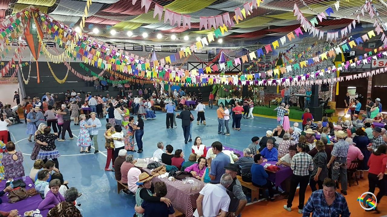 Mais de mil idosos participam da festa junina da terceira idade em Itapiranga