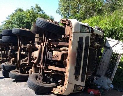 Motorista morre após caminhão tombar na PR-280