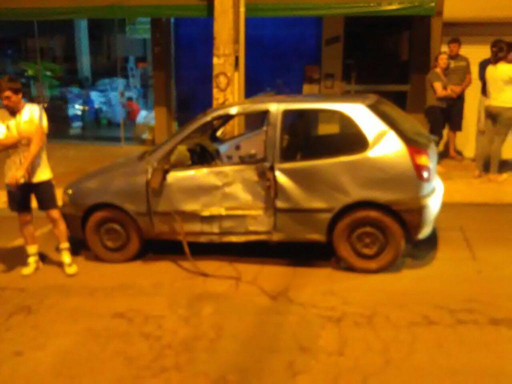 Rapaz sofre ferimentos em colisão de carro e moto na Avenida Gustavo Fetter