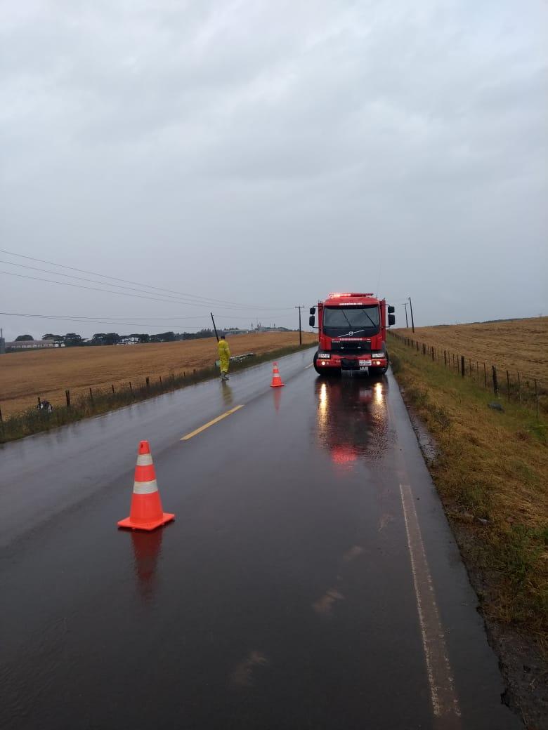 Caminhão sai da pista e capota na SC 305