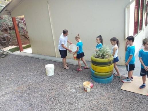 Escola de Itapiranga utiliza água dos climatizadores para trabalho com crianças
