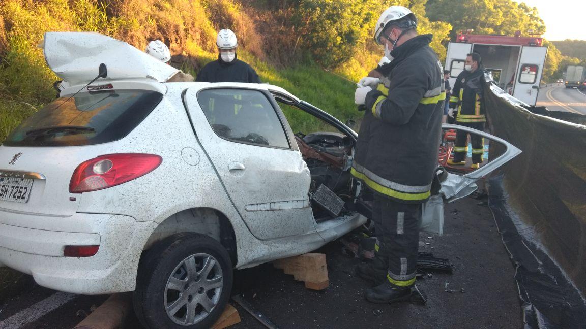 Homem morre em colisão contra caminhão na BR-153