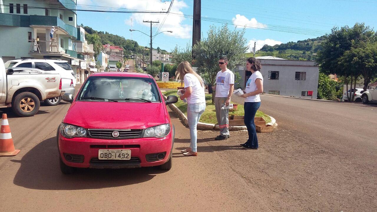 Celesc realiza ação social com entrega de mudas nativas e orientações