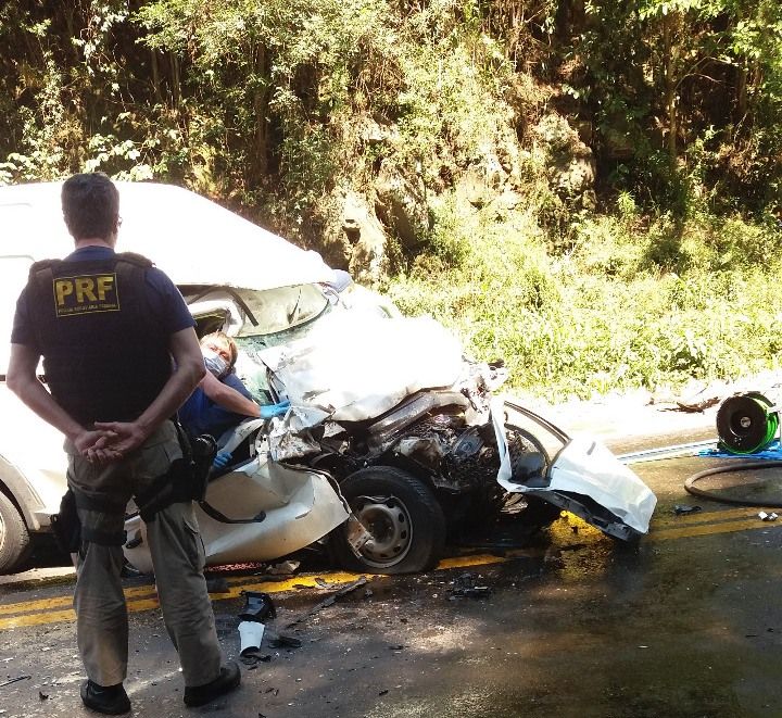 Colisão entre carro e ônibus deixa motorista gravemente ferido na BR 158