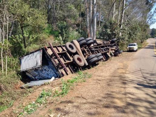 Caminhão sai da pista e tomba na SC 305
