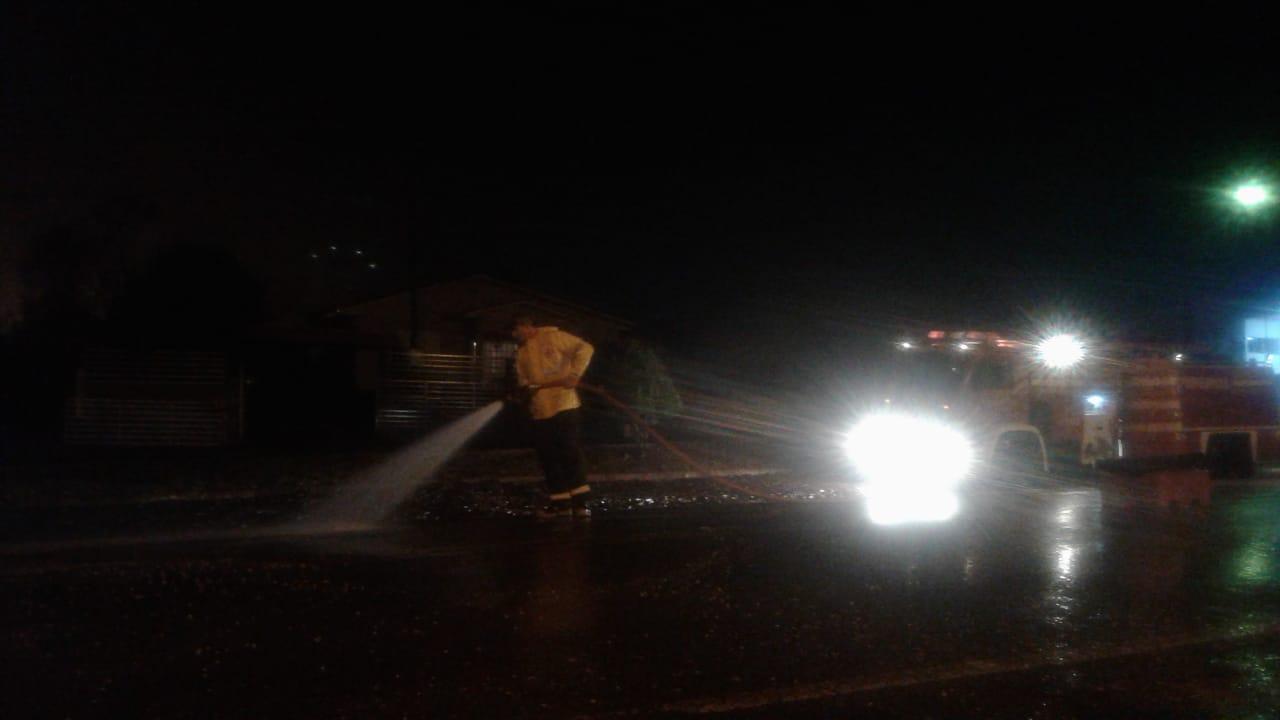 Defeito em tampa de caminhão esparrama soja pela pista na PR-180
