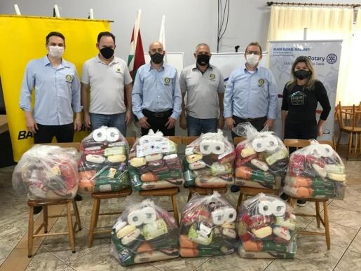 Rotary Club entrega cestas básicas em São Miguel do Oeste