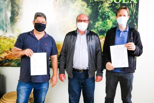 Matrículas de imóveis são entregues oficialmente para empresários de Palma Sola