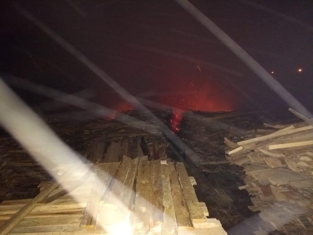 Incêndio em madeireira mobiliza bombeiros na madrugada