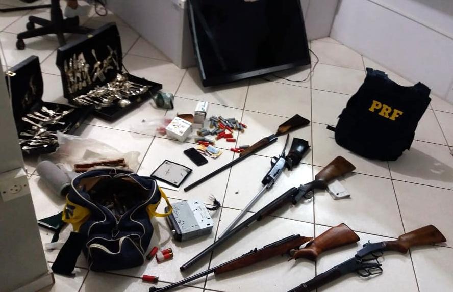 PRF encontra armas, munições e objetos roubados ao atender acidente na BR-282