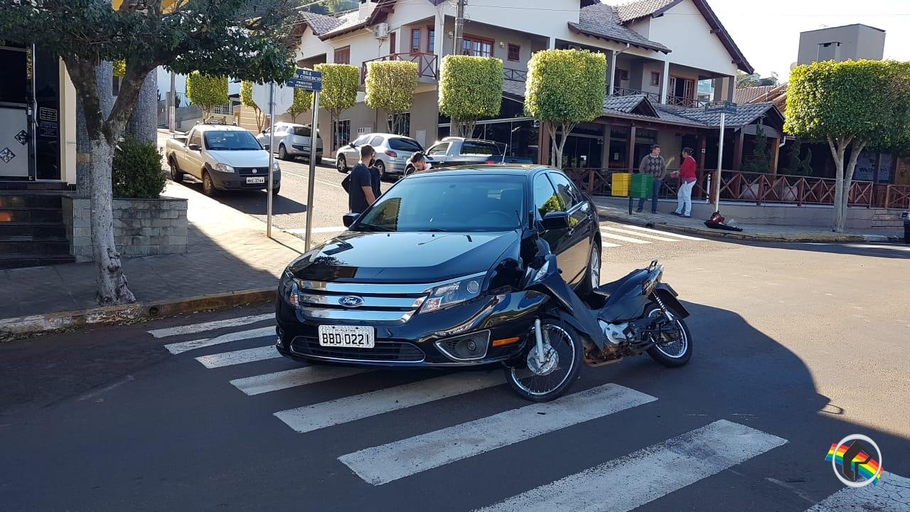 Acidente deixa motociclista ferida no centro
