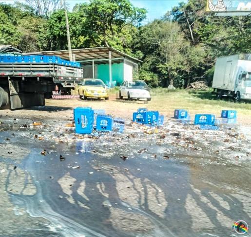 Caixas de cerveja caem de caminhão em São Miguel do Oeste