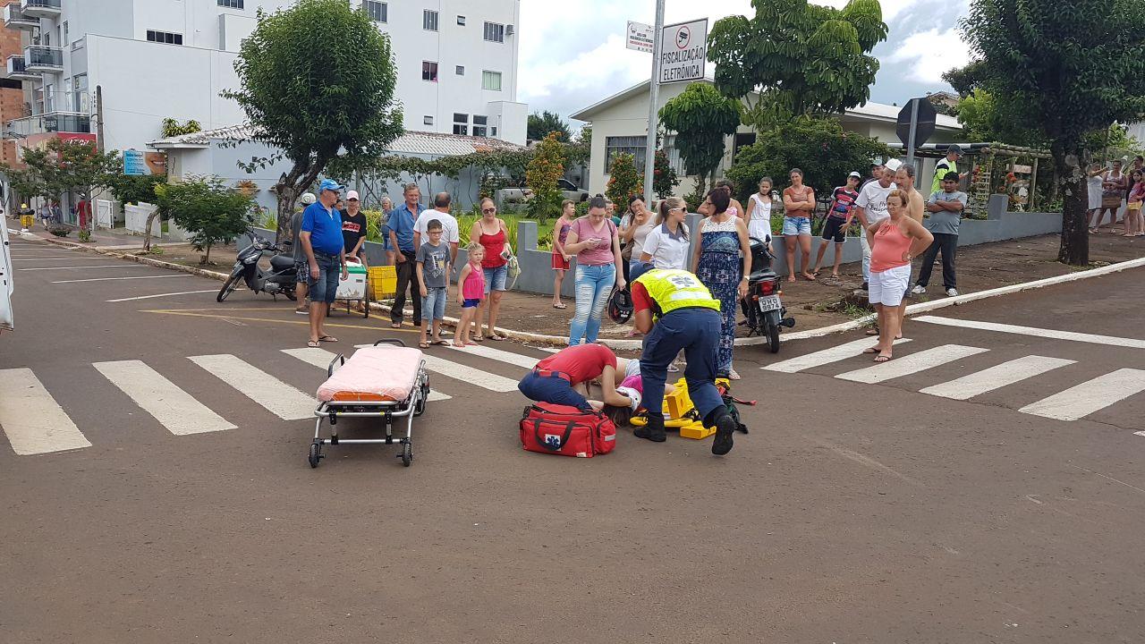 Acidente no centro de São José do Cedro deixa motociclista ferida