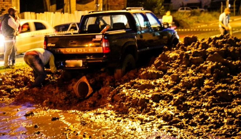 Veículo fica atolado em meio a lama no centro de Dionísio Cerqueira