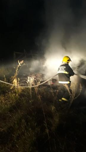 Casa de madeira é destruída por incêndio no interior de Riqueza