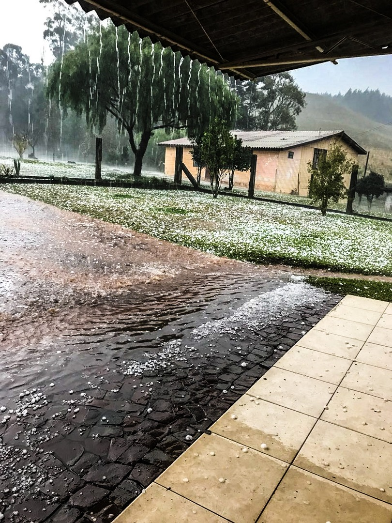 Cidades de Santa Catarina registram chuva de granizo e vendaval