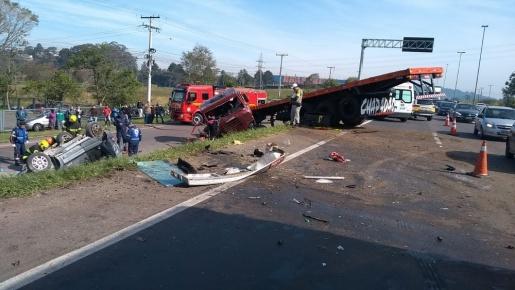 Colisão entre carro e caminhão deixa três vítimas