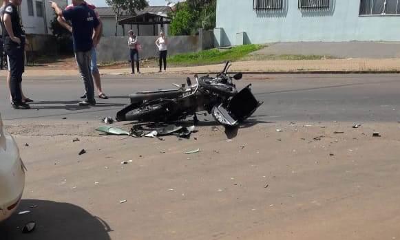 Jovem fica ferido em acidente entre carro e moto no centro de Barracão