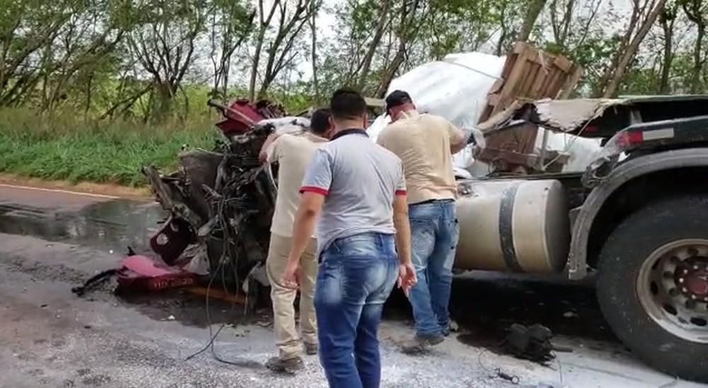 Acidente entre duas carretas e um ônibus deixa mortos no Paraná
