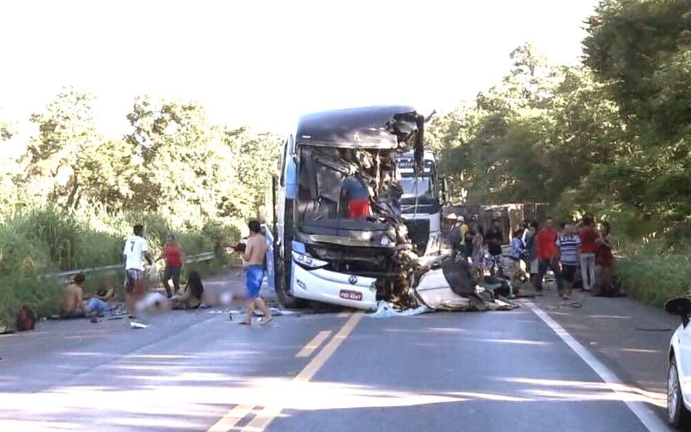 Colisão entre ônibus e carreta deixa mortos e feridos em Goiás