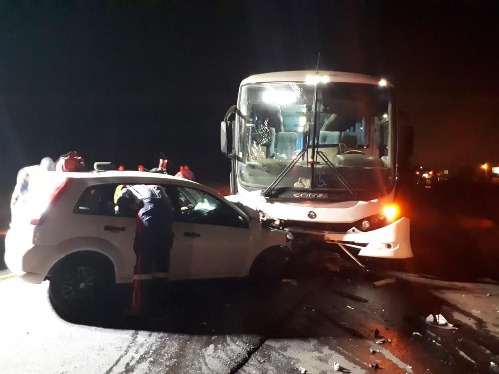 Acidente entre carro e ônibus deixa motorista morto e dois feridos no Oeste