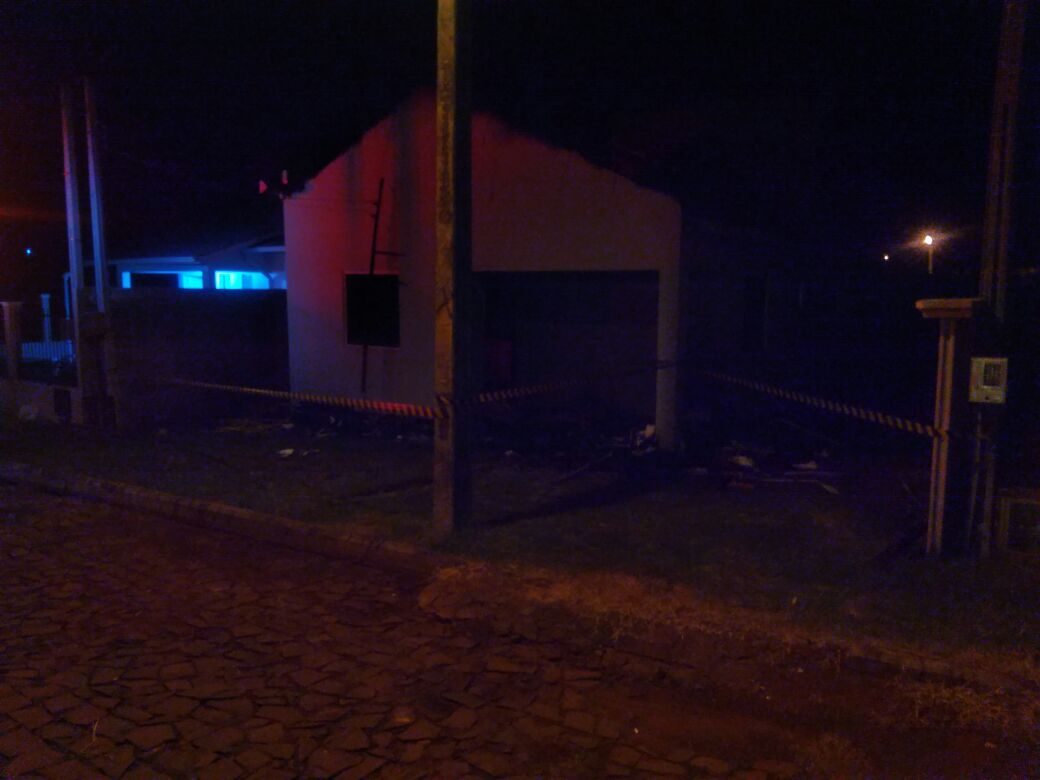 Residência é destruída pelo fogo em Caibi