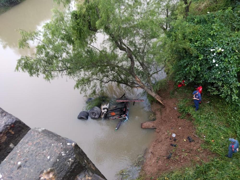 Caminhão cai em rio às margens da BR-470 e fica submerso