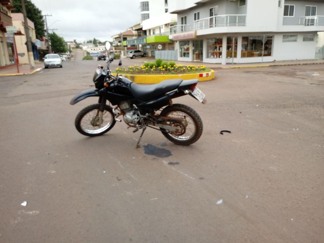 Motociclista fica ferido em acidente no centro