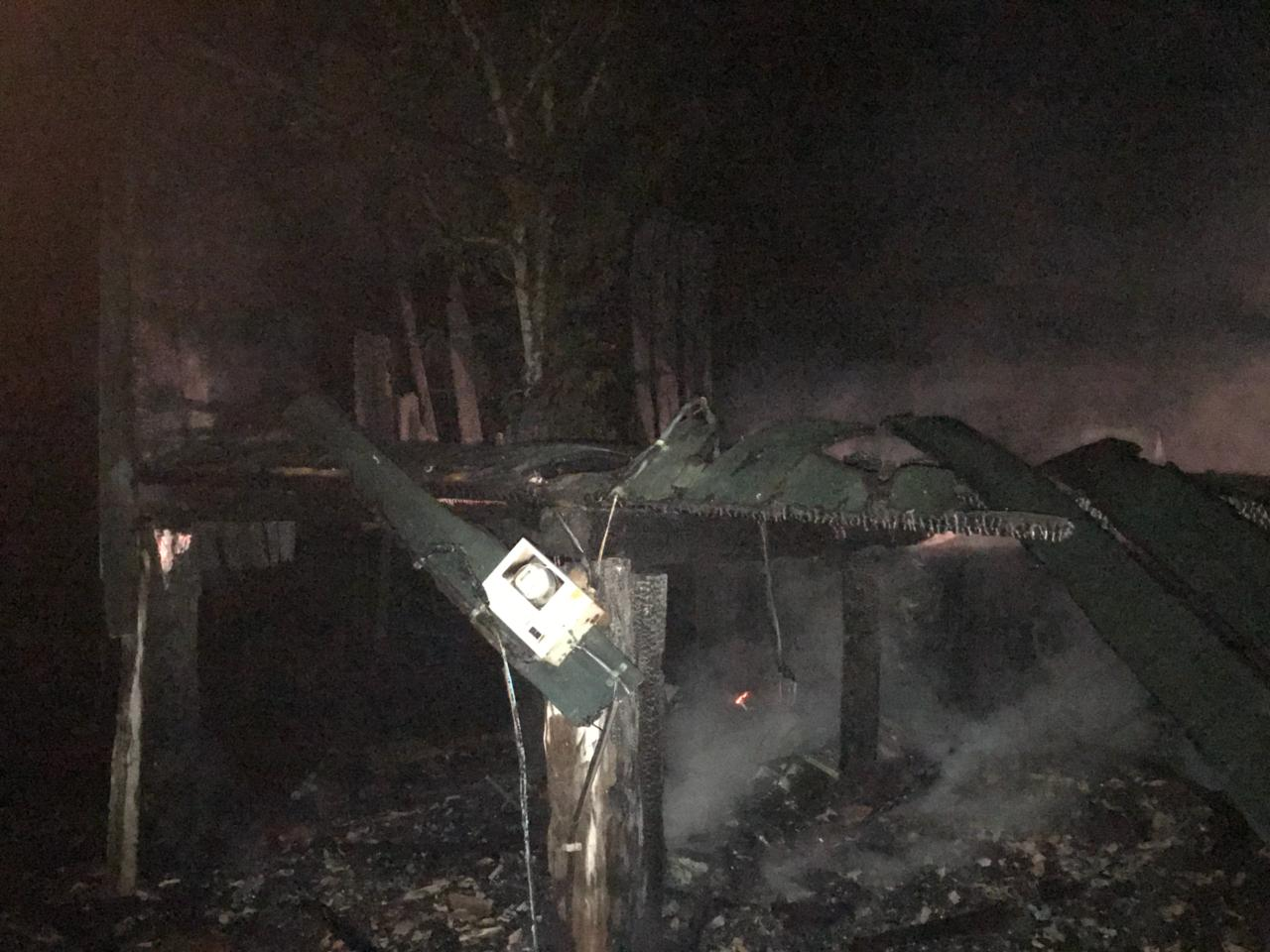 Residência de idosos é destruída pelo fogo no interior de Guaraciaba