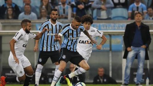 Grêmio controla o jogo e vence por 2 a 0 o Atlético-MG