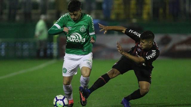 Em jogo atrasado, Chape vence Atlético-PR e deixa o Z-4 do Brasileirão