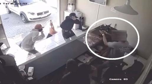 VÍDEO: Pai e filho são surpreendidos por ladrões e reagem sacando armas