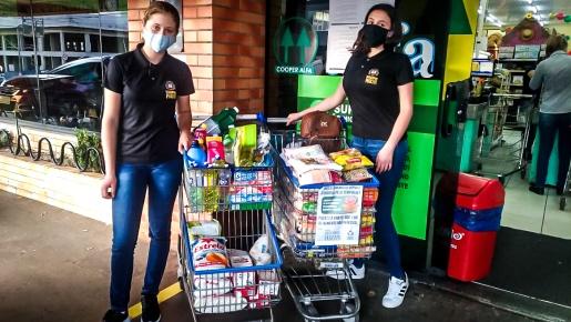 Vereadores mirins entregam alimentos e roupas a atingidos por tornado