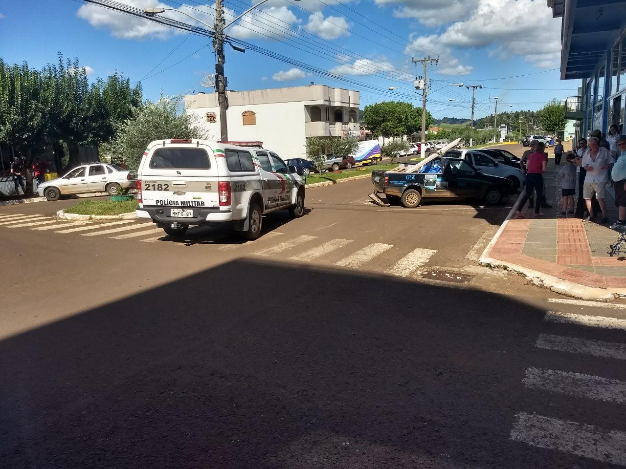 Criança fica ferida ao colidir bicicleta em veículo estacionado