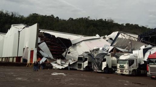 Vídeo: Temporal causa vários estragos em empresas e residências de Mondaí