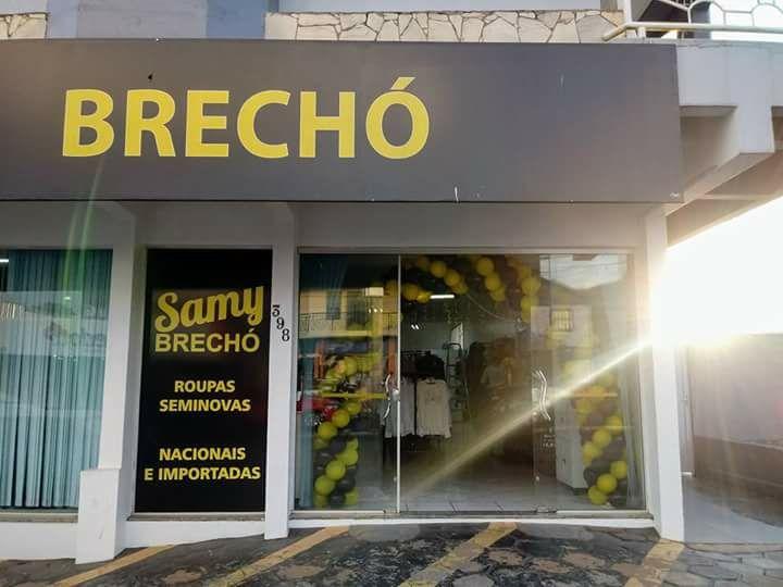 Especialista em moda passa dicas para clientes na Samy Brechó
