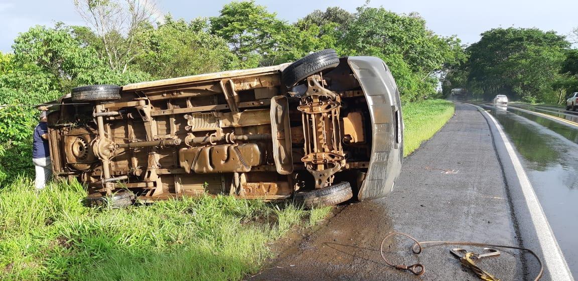 Motorista capota veículo para evitar colisão na BR-282